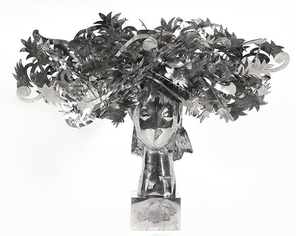 Ada Cabeza con Flores Plateadas aluminum sculpture by artist Manolo Valdés